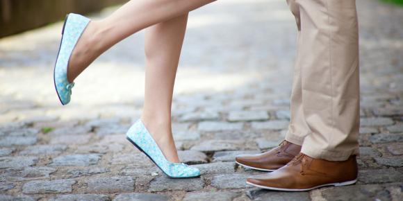 愛していたってマナーは大切、人前でのキスはいただけないもの?のイメージ画像