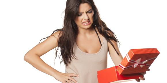 そのチョイスはいかがなものか!男にもらったいらないプレゼントのイメージ画像
