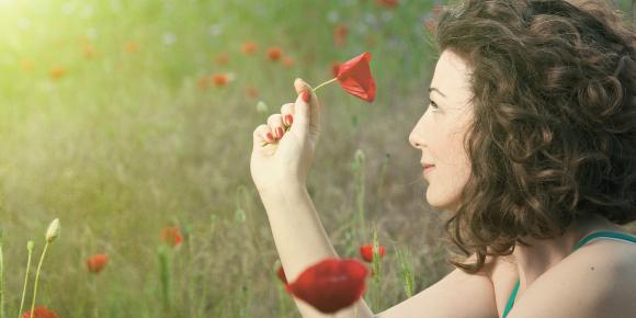 【本当に必要?効果は?】恋に迷う女性がすがる恋愛開運グッズのイメージ画像